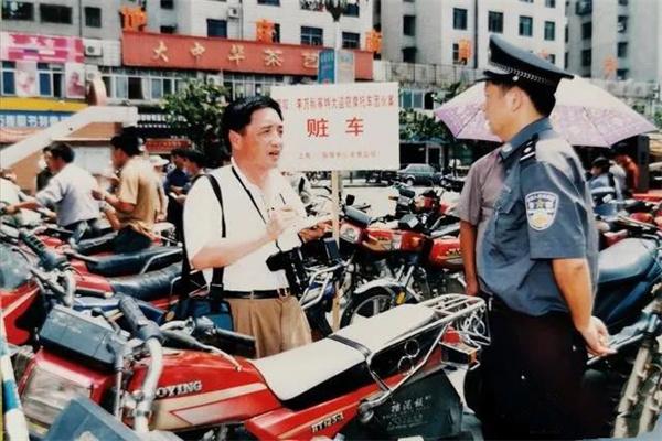 20O5年時任人民公安報記者胡立強在基層采訪.jpg