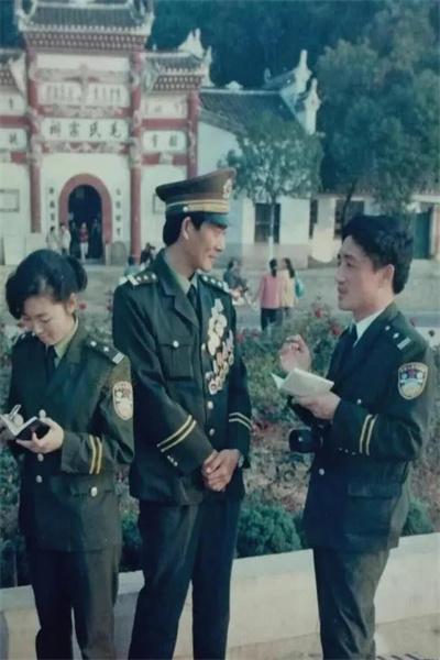 97年時任人民公安報記者胡立強在韶山采訪全國公安英模.jpg