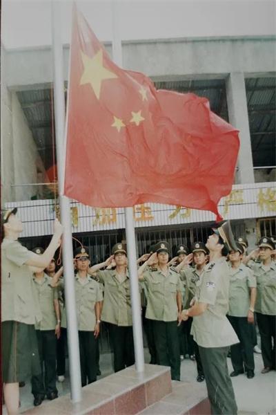 人民公安報1996年10月2日頭版頭條刊登的照片(胡立強攝).jpg