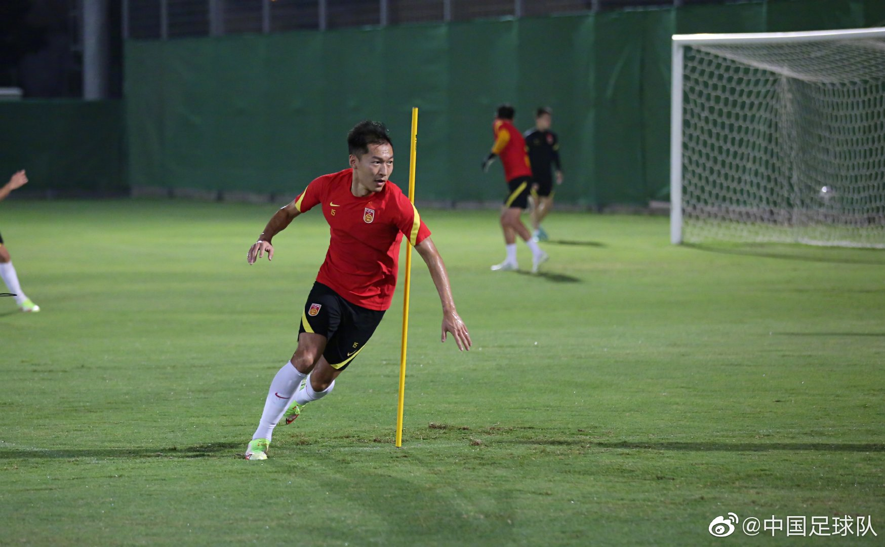 国足队长吴曦在训练中。