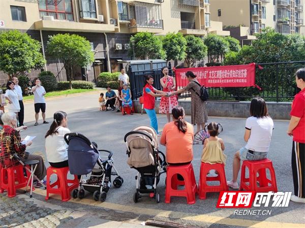 燕东社区辖区香花电力小区文艺演出活动现场(王秋香  摄).jpg