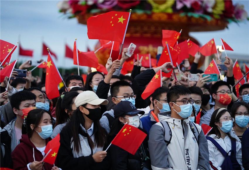 """數萬人天安門廣場觀升旗,人群歡呼""""我愛你中國!"""""""