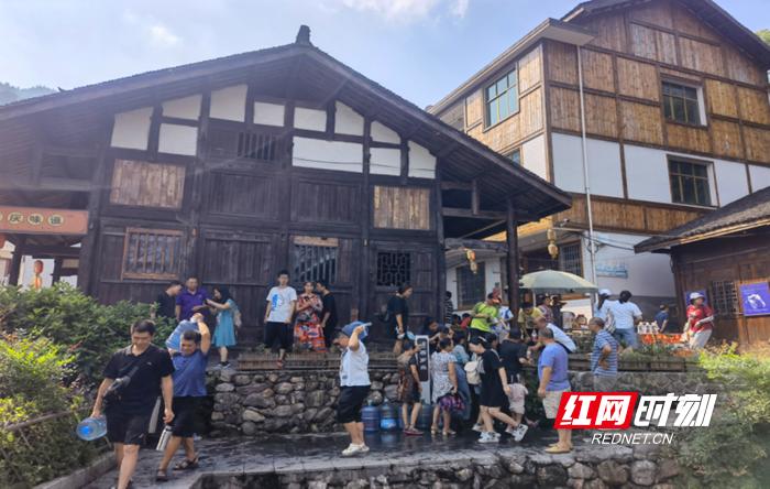 清水村景区游客络绎不绝.png