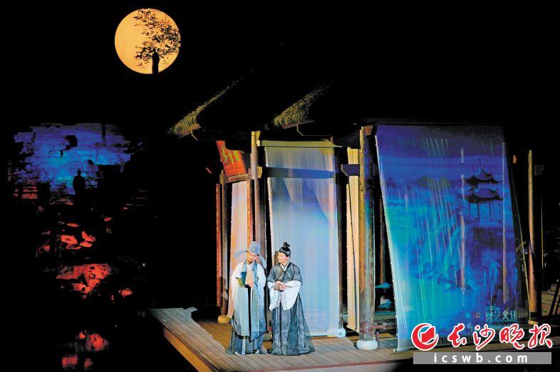 """书堂山景区推出""""花开书堂山·光影诗书画""""行浸式夜游项目,呈现如梦如幻的诗词境界。"""