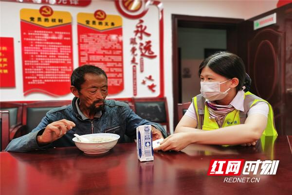收费站工作人员为老人端上饺子和牛奶。_副本.jpg