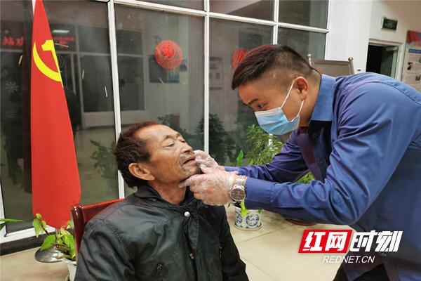 工作人员为老人剃胡须。_副本.jpg