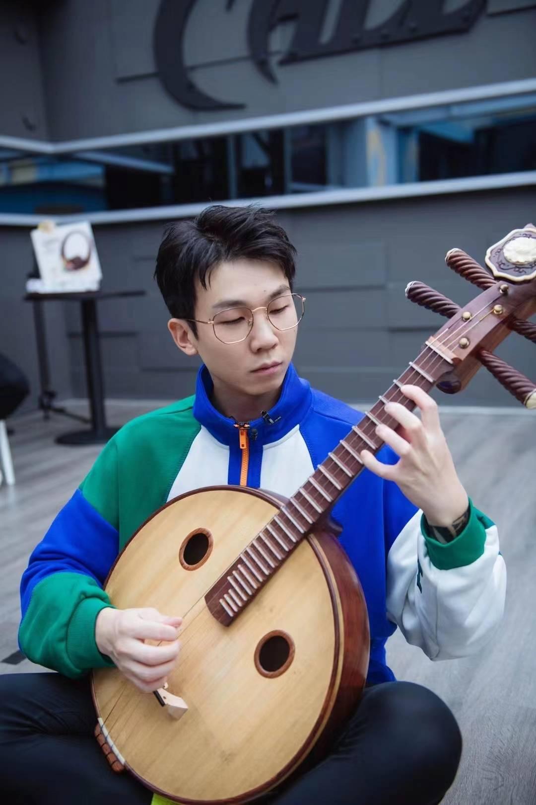 白举纲《断舍离》舞台 演奏传统乐器中阮韵味十足