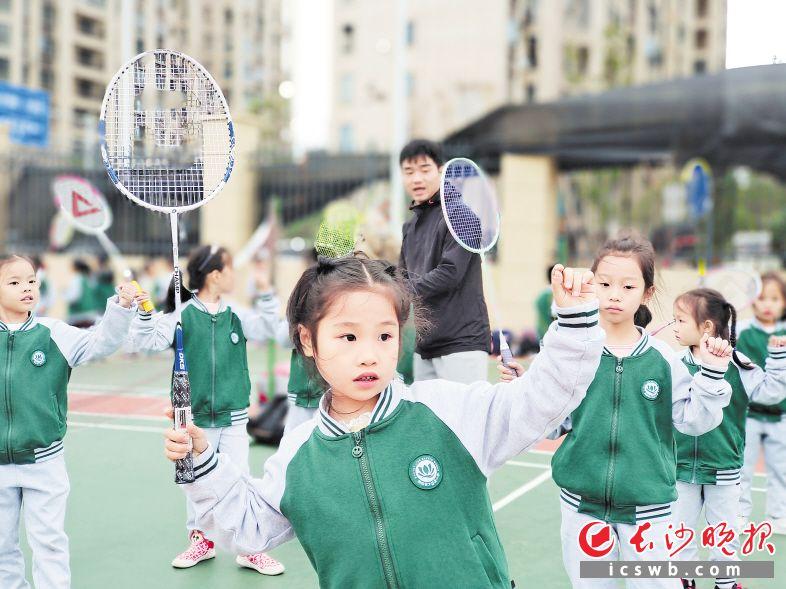 天心区湘府英才益清小学托管时间,体育项目是孩子们的热门选择。         刘志勇 摄
