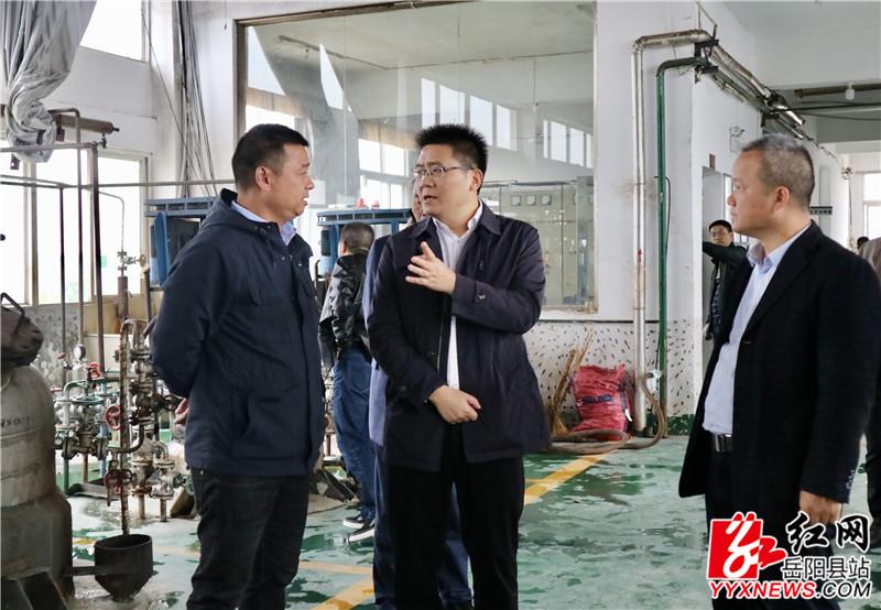 肖湘晖实地察看生产工艺车间.JPG