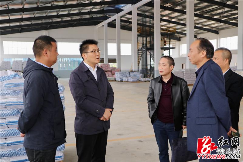 肖湘晖与企业负责人深入交谈.JPG