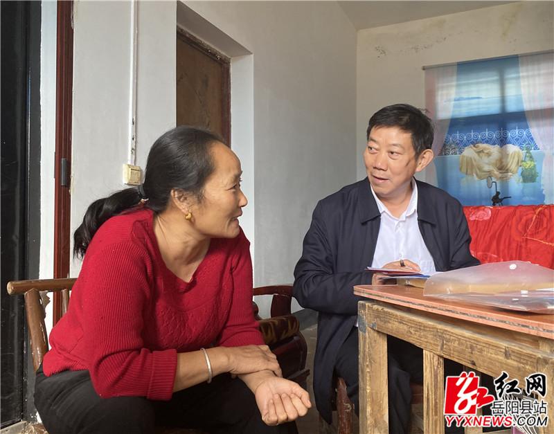 袁陆保与贫困户卢六霞交谈.JPG