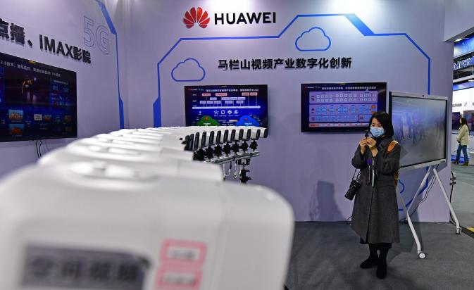 马栏山视频文创产业园内华为展示的4K多视角、4K自由视角吸引人驻足(王志伟/摄)