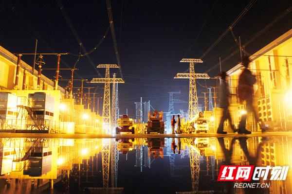 2018年5月5日,世界上输电距离最远的特高压输电工程——±800千伏祁韶直流实施投运后的首次开展年度检修。(摄影:周波).JPG